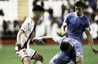 Álex Moreno tratando se irse de un rival | Fotografía: La Liga
