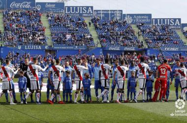 Jugadores del Rayo Vallecano saludando a sus contrincantes | Fotografía: La Liga