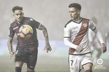 Álex Moreno vigilando el esférico ante Roger | Fotografía: La Liga
