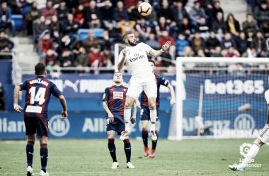 Benzema salta a por un balón en el partido de ida / Foto: LaLiga