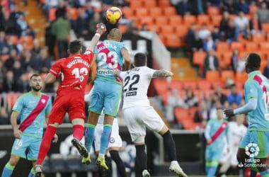 Dimitrievski despejando el esférico | Fotografía: La Liga