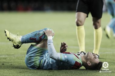 Álex Moreno doliéndose de una entrada | Fotografía: La Liga