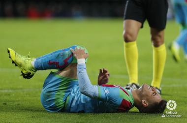 Álex Moreno tendido sobre el terreno de juego | Fotografía: La Liga