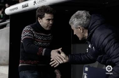 Rubi y Setién saludándose antes del Espanyol-Betis | Foto: LaLiga Santander