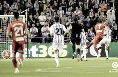 Borja Iglesias, en el momento que golpea el balón para poner el 0-1 / Foto: LaLiga