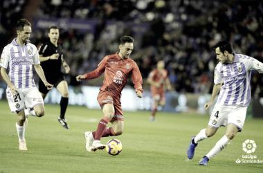 Sergio García conduce el balón ante dos jugadores del Real Valladolid / Foto: LaLiga