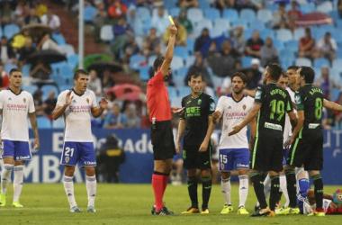 El colegiado vasco amonesta a un jugador del Granada en el partido de la temporada pasada. / Foto:LaLiga
