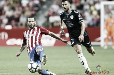 Vico y Rubén García luchando por el balón en el partido de la primera vuelta | LaLiga.es