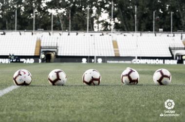 Balones sobre el césped | Fotografía: La Liga