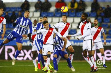 Jugadores del Rayo Vallecano defendiendo un córner | Fotografía: La Liga