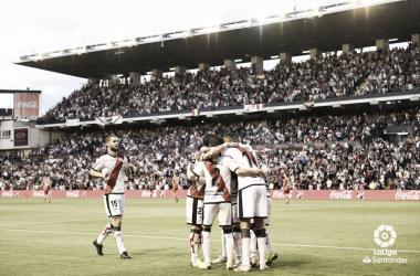 Los futbolistas del Rayo se abrazan para celebrar el gol de Embarba / Foto: LaLiga