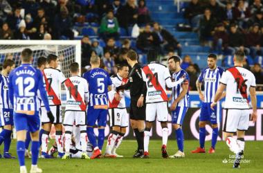 Jugadores del Rayo Vallecano protestando una acción | Fotografía: La Liga