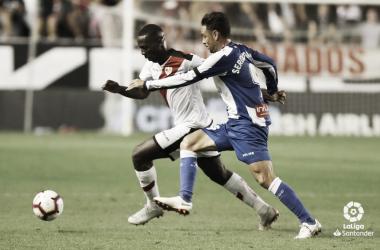 Advíncula tratando de llevarse el balón ante Sergio García | Fotografía: La Liga