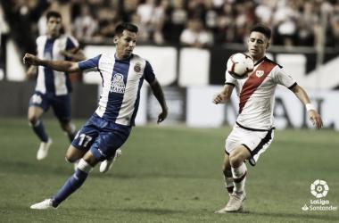Álex Moreno tratando de llevarse un balón | Fotografía: La Liga