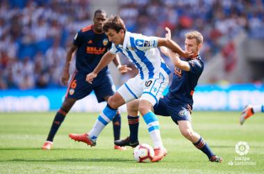 Oyarzábal y Toni Lato peleando por un balón | Fotografía: La Liga