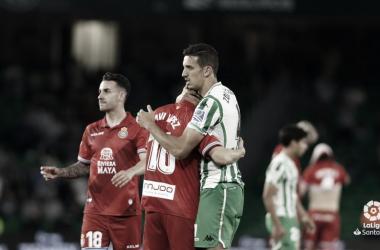 Feddal abrazando a Javi López / Fuente: LaLiga