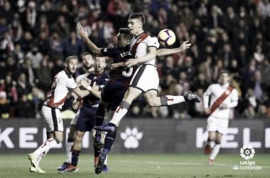 Velázquez tratando de cortar una jugada | Fotografía: La Liga