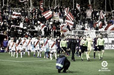 Jugadores del Rayo Vallecano saltando al césped | Fotografía: La Liga