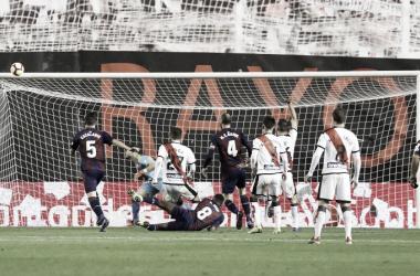 Una acción defensiva del Rayo Vallecano | Fotografía: La Liga
