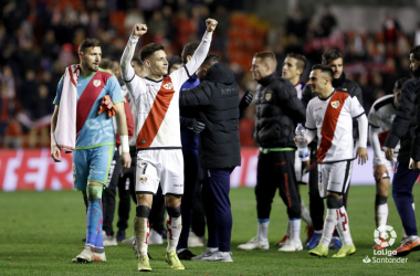 Álex Moreno saludando a la afición   Fotografía: La Liga