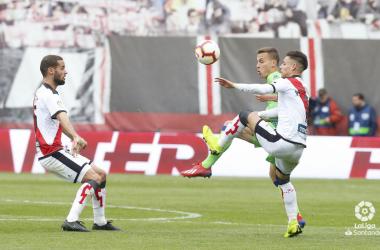 Canales disputando el esférico ante Álex Moreno | Fotografía: La Liga
