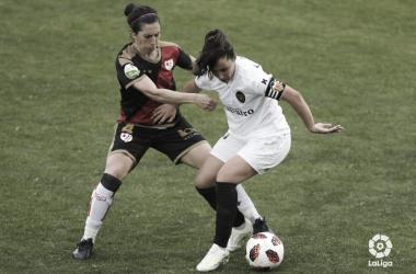Pilar García deteniendo a una rival | Fotografía: La Liga