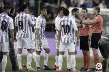 Los futbolistas del Valladolid recriminan al colegiado / Foto: LaLigaSantander