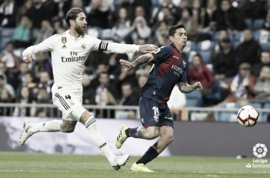 Ramos frente al Chimy Ávila en la disputa por un balón / Foto: LaLiga