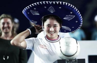 Yafan Wang posa con el tradicional sombrero mexicano tras proclamarse campeona en Acapulco. Foto: gettyimages.es