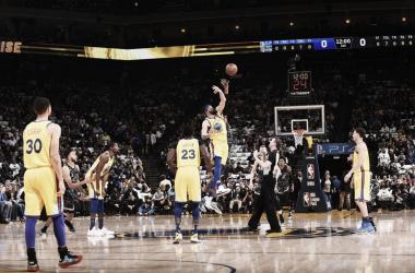 Salto inicial del último partido entre los Spurs y los Warriors | foto: nba.com