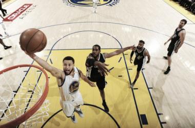 Curry tuvo otra noche espléndida y guió a su equipo a la victoria. Foto: NBA