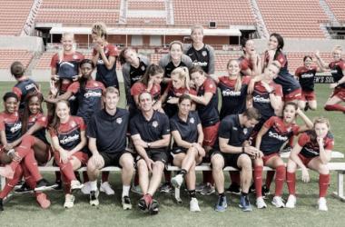 The 2016 Washington Spirit pose for a picture pre-NWSL Championship (Washington Spirit Twitter, @WashSpirit)