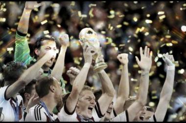 Troféu nas mãos da Mannschaft (Foto em: tvzn.co.nz)