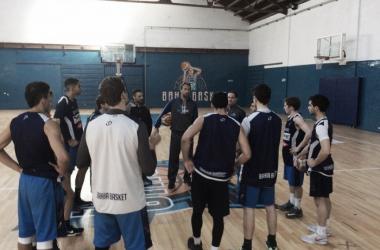El plantel en una práctica, recibiendo las órdenes del Sepo Ginóbili. Foto: La Liga Contenidos