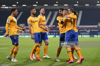 WEST BROMWICH, ENGLAND - MARCH 04: Richarlison of Everton celebrates with teammates Ben Godfrey, Mason Holgate, Michael Keane, Gylfi Sigurdsson and Andre Gomes after scoring his team's first goal during the Premier League match between West Bromwich Albion and Everton at The Hawthorns on March 04, 2021 in West Bromwich, England. Sporting stadiums around the UK remain under strict restrictions due to the Coronavirus Pandemic as Government social distancing laws prohibit fans inside venues resulting in games being played behind closed doors. (Photo by Alex Pantling/Getty Images)