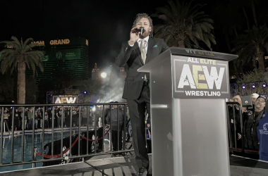 Kenny Omega hablando tras su aparición estelar | Fuente: (@AEWrestling) Twitter de All Elite Wrestling