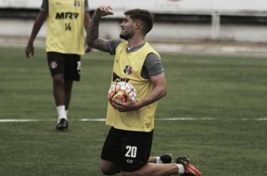 Caso Nininho não se recupere, Gino será o titular improvisado na lateral direita (Foto: Rodrigo Baltar/Santa Cruz)