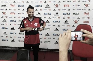 Everton Ribeiro posou com a camisa rubro-negra nesta terça   Foto: Bárbara Mendonça/VAVEL Brasil