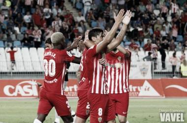 Tino Costa, celebrando su gol con sus compañeros durante el partido frente al Sevilla Atlético   Fotografía: Diego Carmona (VAVEL)