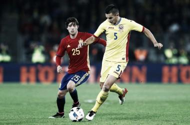 Sergi Roberto atacando a un jugador de la selección de Rumanía (zimbio.com)