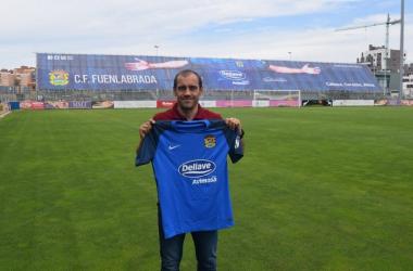Eloy Jiménez posando con la camiseta del Fuenlabrada tras firmar su renovación / Foto: CF Fuenlabrada