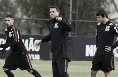 Técnico ainda vê formação sem atacante fixo como fácil de se adaptar pelos adversários (Foto: Daniel Augusto Jr./Agência Corinthians)