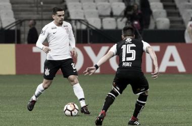 Corinthians vence Colo-Colo, mas fica fora da Libertadores por gol sofrido dentro de casa