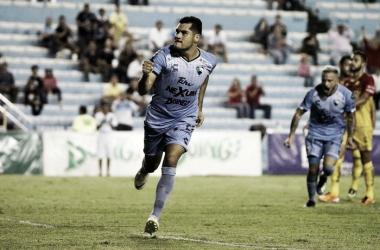 Javier Orozco celebra uno de sus goles ante Leones Negros