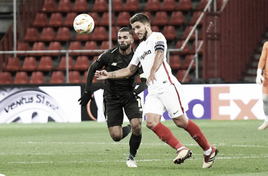 Carriço en disputa de un balón con Carcela | Foto: Sevilla FC
