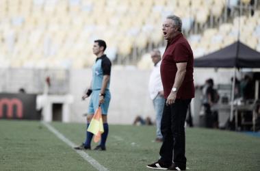 Abel treinando o time à beira do campo (Foto: Alexandre Vidal /Flamengo)