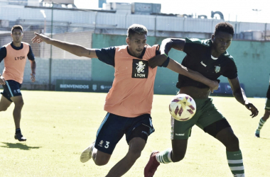 Nahuel Luna lucha por la pelota en el amistoso ante la Reserva de Banifeld. Foto: Prensa Temperley