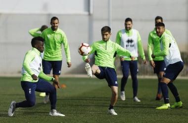 Jugadores del Granada CF realizando un rondo. Foto: Granada CF