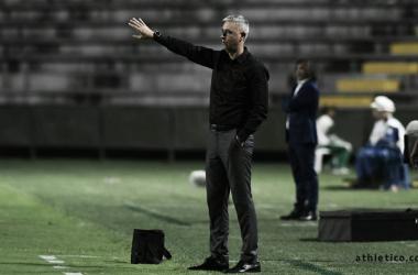 Tiago Nunes na beira do campo (Foto: Miguel Locatelli / Athletico-PR)