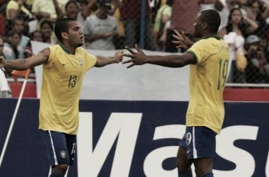 Daniel Alves e Júlio Baptista comemorando vitória brasileira (Foto: Sérgio Pinto / CBF)